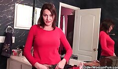 Amateur mom love to finger old pussy